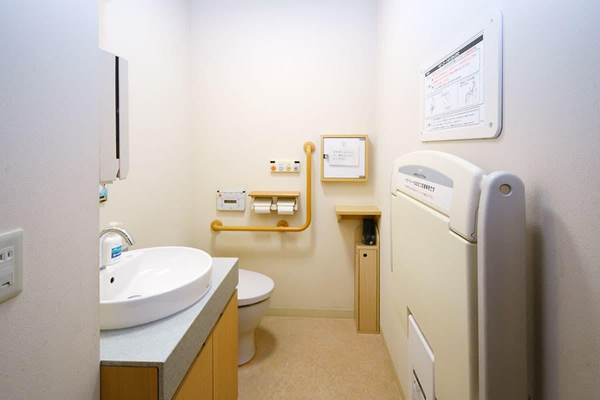 ベビーベッド付きトイレの写真